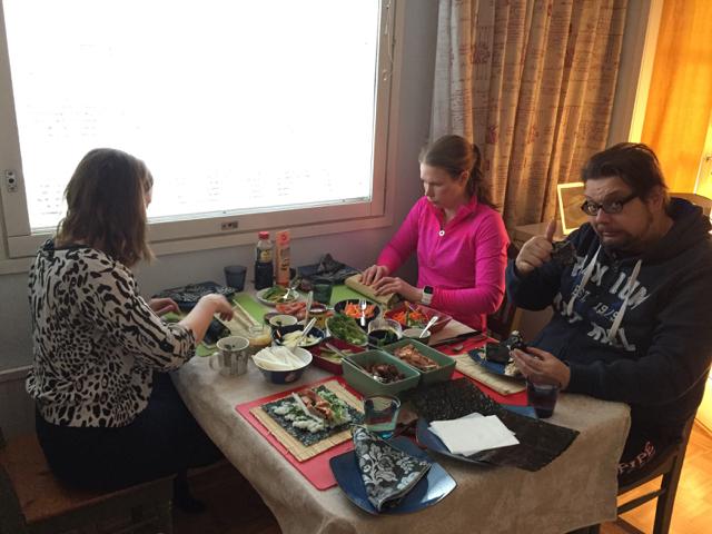 Käsityötä ruokapöydässä