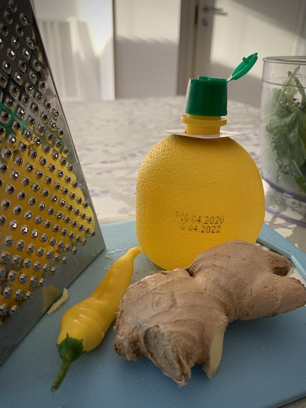 Inkivääriä, chiliä ja sitruunamehua tarvikkeina pöydällä