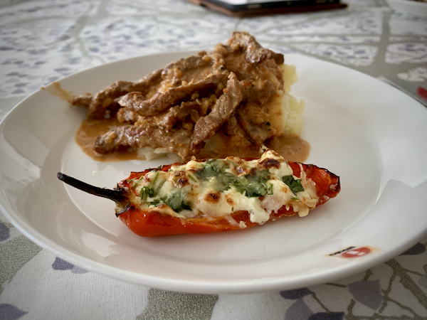 Chiliannos lautasella, lihalisäke taustalla