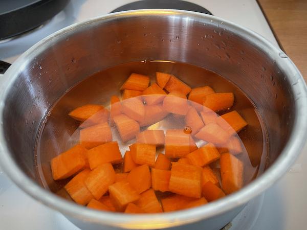 Porkkanan palaset kattilassa