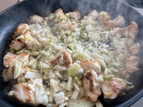 Paistinpannulla kanat ja sipulit