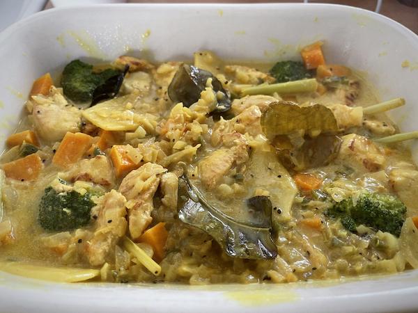 Uunivuokassa bataatit, parsakaali ja kastike