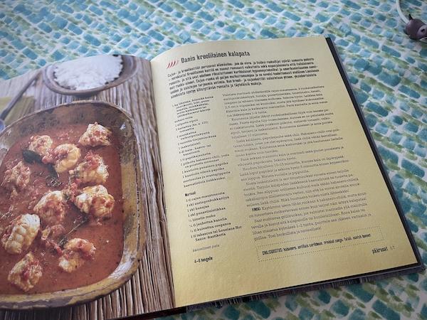 Keittokirja jossa ohjesivu avoinna