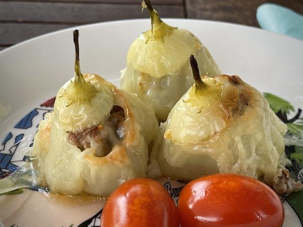 Valmis annos lautasella. Täytettyjä chilejä ja uunipaahdettua tomaattia